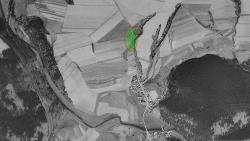Letecký snímek Nebřežin s vyznačeným místem zničení pekařské dodávky (snímkování z r.1953)