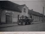 Snímek dodávky před pekařstvím p. Bubna v Kožlanech (nedatováno, poskytl L.Buben)